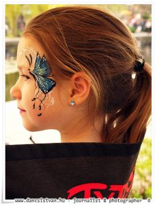 Kék pillangós arcfestés