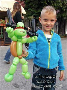Tini-nindzsa teknős egy kisfiú örömére
